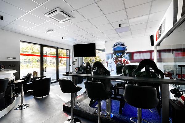 W oczekiwaniu na swój samochód w stacji kontroli pojazdów możesz korzystać z najlepszego w Krakowie symulatora tory wyścigowego.