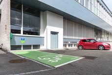 Gratis Parkmöglichkeiten für Autos und ein Elektromobil Parkplatz, Lift für Menschen die Hindernisse wie Treppen nicht bewältigen können, Atemtherapie für alle mit Sandra Guerini