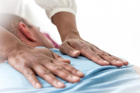 Atemtherapie, Sandra Guerini macht eine Atemmassage mit Handauflegen auf der Liege