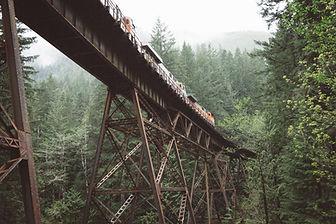 Поезд пересечения моста