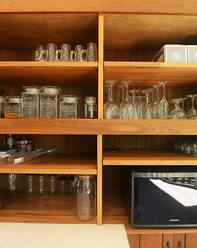 The kitchen is fully equipped and has all glassware, crockery, cutlery needed. Travel easy and make the most of your stay at Jerrapark Hideaway