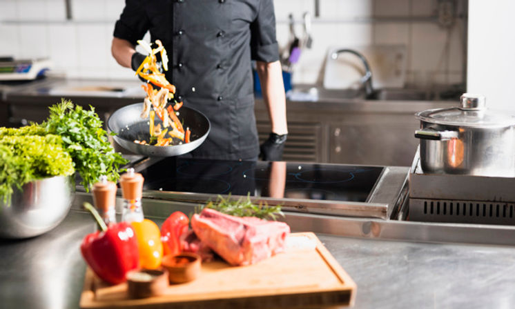 cozinheiro-legumes-jogando-em-frigideira