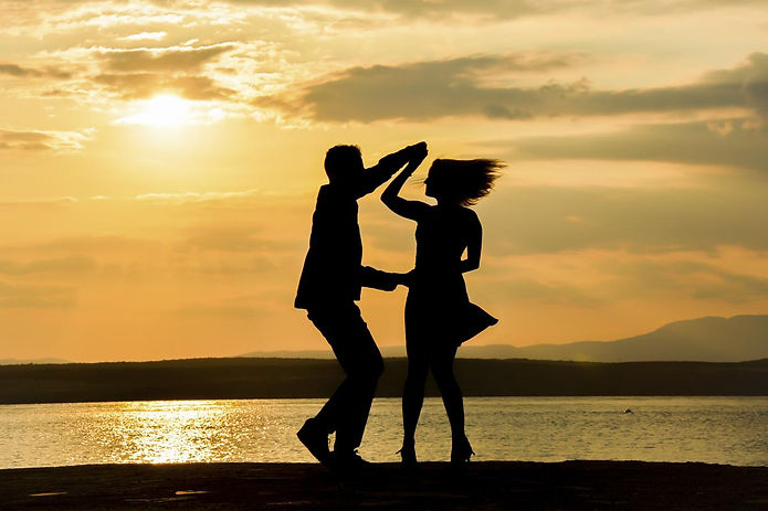 1200-98055279-couple-dancing-salsa-at-su