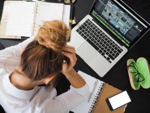איש מרגישה תקועה מול המחשב בגלל שהיא במחסום כתיבה ויצירה