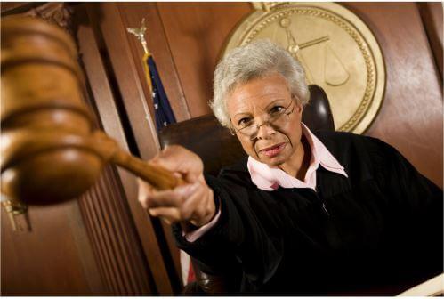 שופטת בבית משפט מאשימה מישהו אישה שלילית
