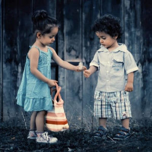ילד וילדה ליד קיר