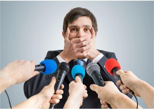 איש שסותם את הפה שלו כי הוא לא רוצה להגיב לאנשים שליליים