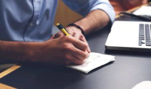 איש כותב כדי להיות יותר בהיר וכך לקבל החלטה