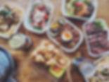 おつまみセット 1200円(税別) 日替わり弁当 1500円(税別) 揚げ茄子のバルサミコマリネ 600円(税別) 季節のフルーツと生ハム、ブッラータチーズ 900円(税別) ジェノベーゼポテトサラダ 800円(税別) シュリンプアンドチップス 1100円(税別) チキンアンドチップス 1100円(税別) ペンネボロネーゼ 1300円(税別) ペンネカルボナーラ 1300円(税別) ペンネきのこ明太子クリーム 1300円(税別) 牛赤身肉の炭焼きステーキ 2000円(税別)