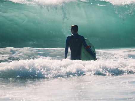 Surfer sur les vagues provoquées par les changement