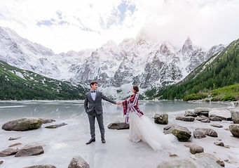 hermosa-pareja-novios-pie-sobre-hielo-la