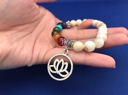 Bracelet des sept chakras avec nacre blanche