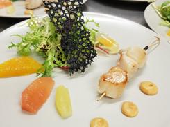 brochette de saint jacques juste snackée, condiment de patate douce, mesclun de jeunes pousses et sa vinaigrette aux agrumes