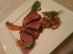 magret de canard rôti, pommes de terre sautées, sauce marchand de vin