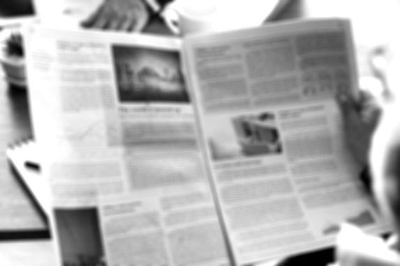 pessoas-negocio-jornal-leitura_53876-147