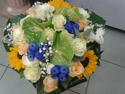 Bouquet di rose pesca/bianca, girasoli,santini blu,lisianthus bianco e anthurium