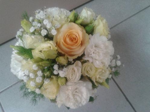 Bouquet di lisianthus bianco e panna, garofano bianco e 1 rosa pesca