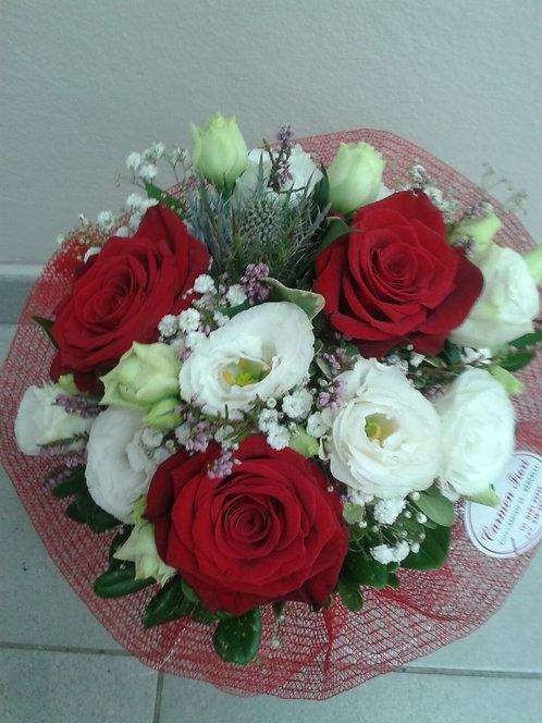 Bouquet misto di 3 rose rosse, lisianthus bianco ed erymgium