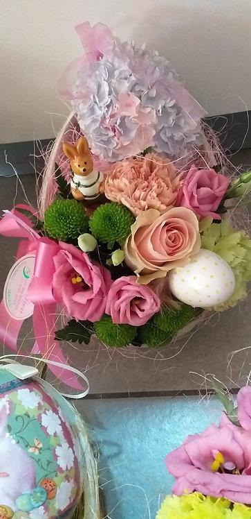 Scatola uovo in cartone decorato con fiori misti