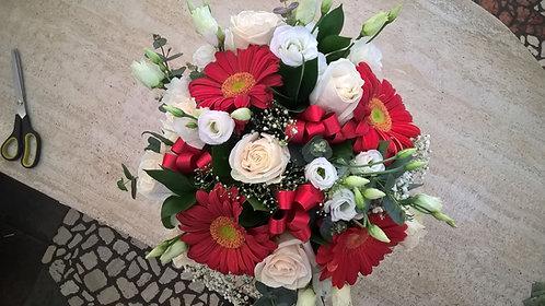 Bouquet laurea con rose panna, lisianthus bianco e gerbere rosse