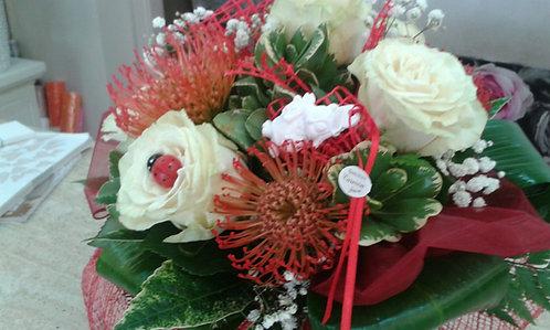 Bouquet laurea con rose bianche,  fiori tropicali rossi (nutans) e gufetto gesso