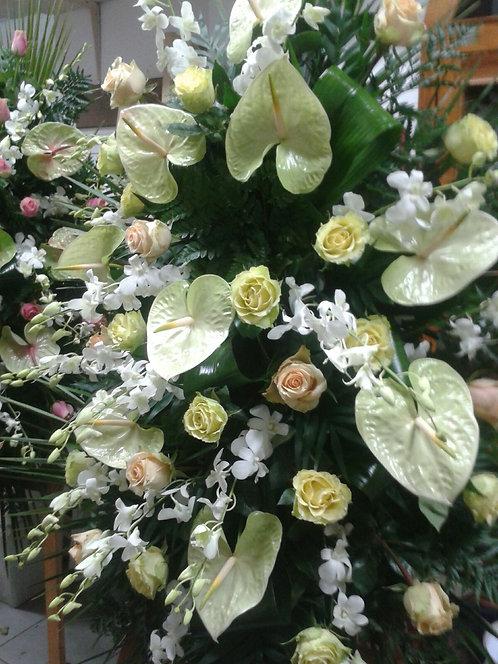 Cuscino funebre da appendere di anthurium, rose e dendrobium