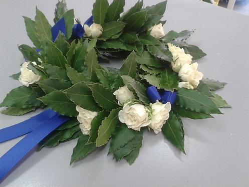 Coroncina d'alloro con roselline bianche
