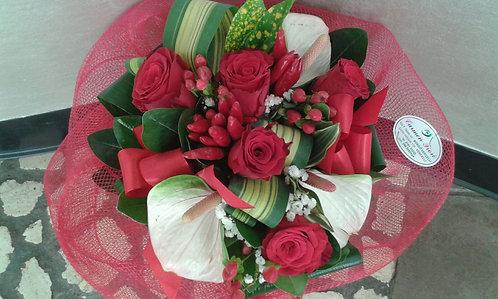 Bouquet laurea con rose, bacche e peperoncino rosso e mini anthurium bianco