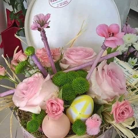 Scatola in cartone decorato fiori misti e decorazioni pasquali
