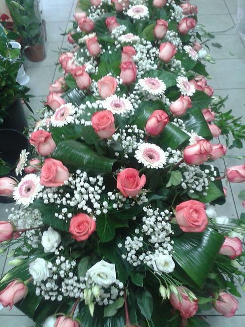 Copricassa lungo di rose,  lisianthus e minigerbera