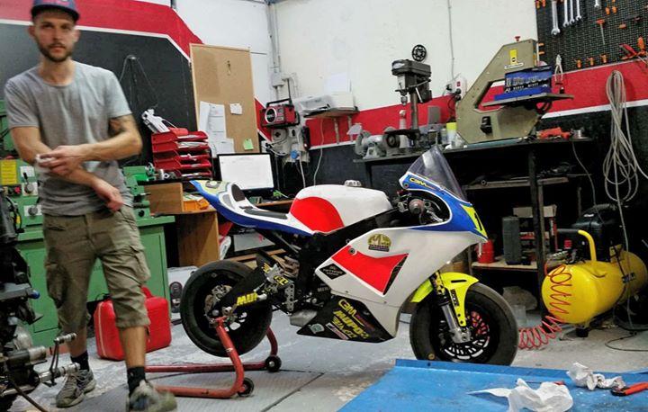 Io_ Stino la moto è pronta, fatte fa una foto fa vedere quanto sei felice che si va a correre _Stino