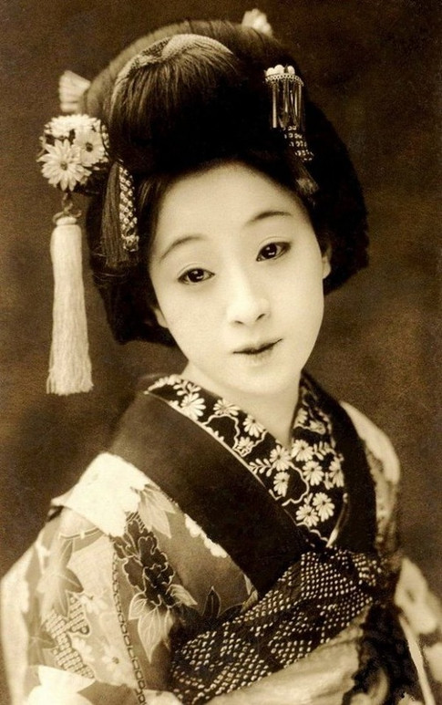 To what extent are the narratives of femininity represented in the medium of print in Japan during the Tokugawa period (1603-1868) and Meiji period (1868-1912)?