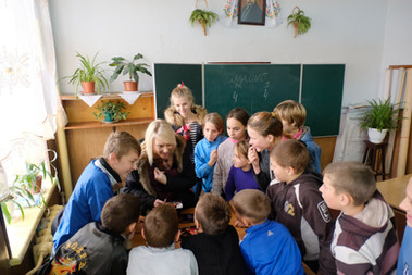 Revealing the pictures to the children