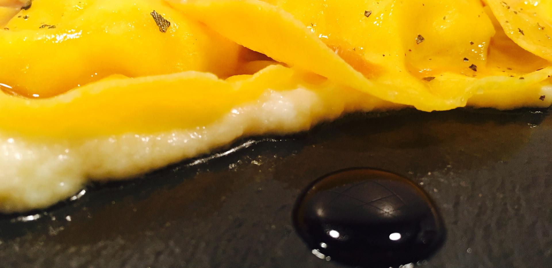 Ravioli con riduzione di pecorino e marmellata al balsamico