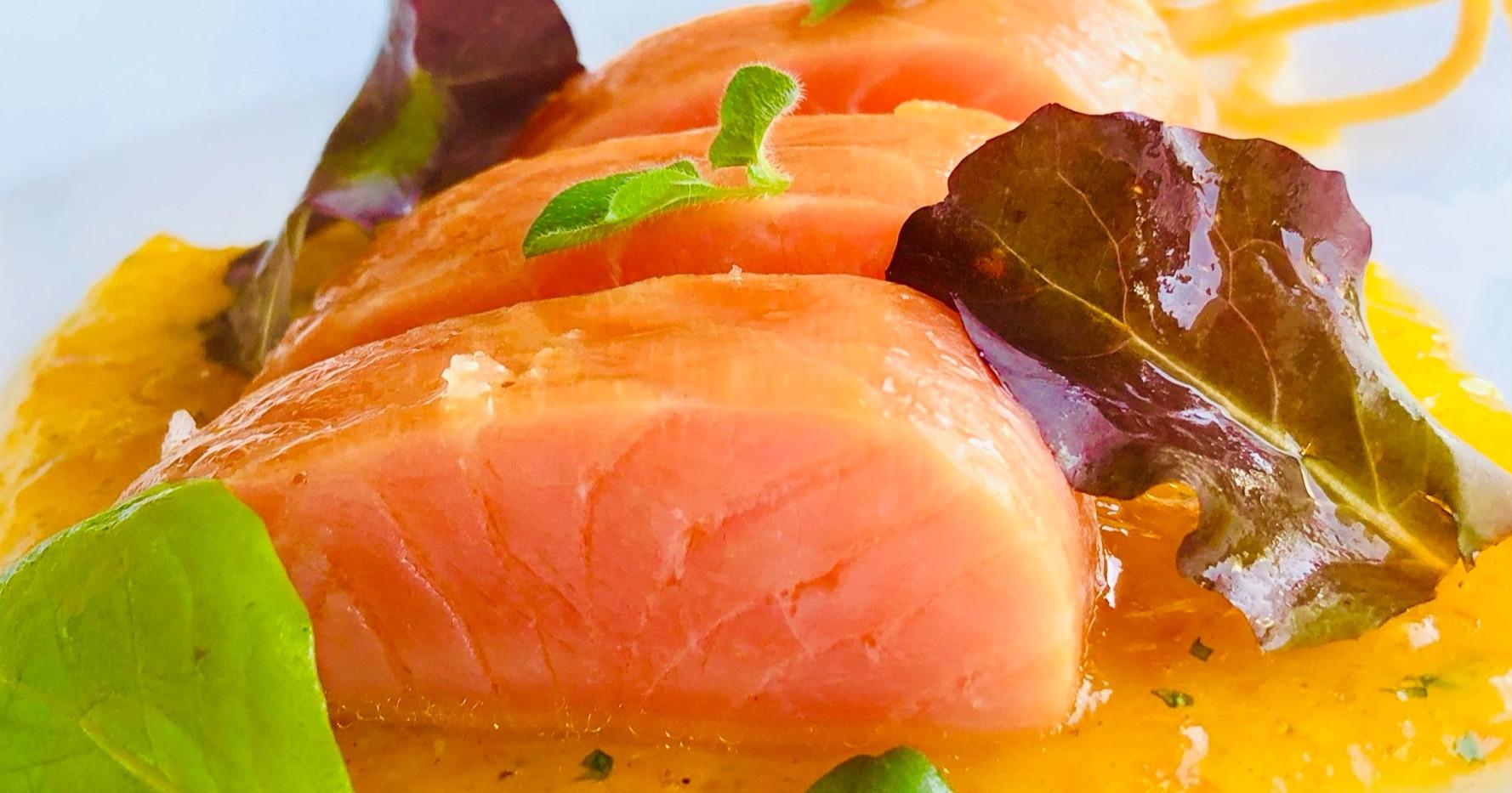Salmone marinato agli agrumi e salsa di mandarini e mentuccia