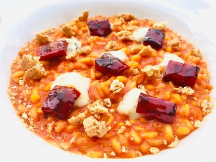 Risotto ai peperoni rossi, salsa all'aglio nero e crumble di amaretti salati