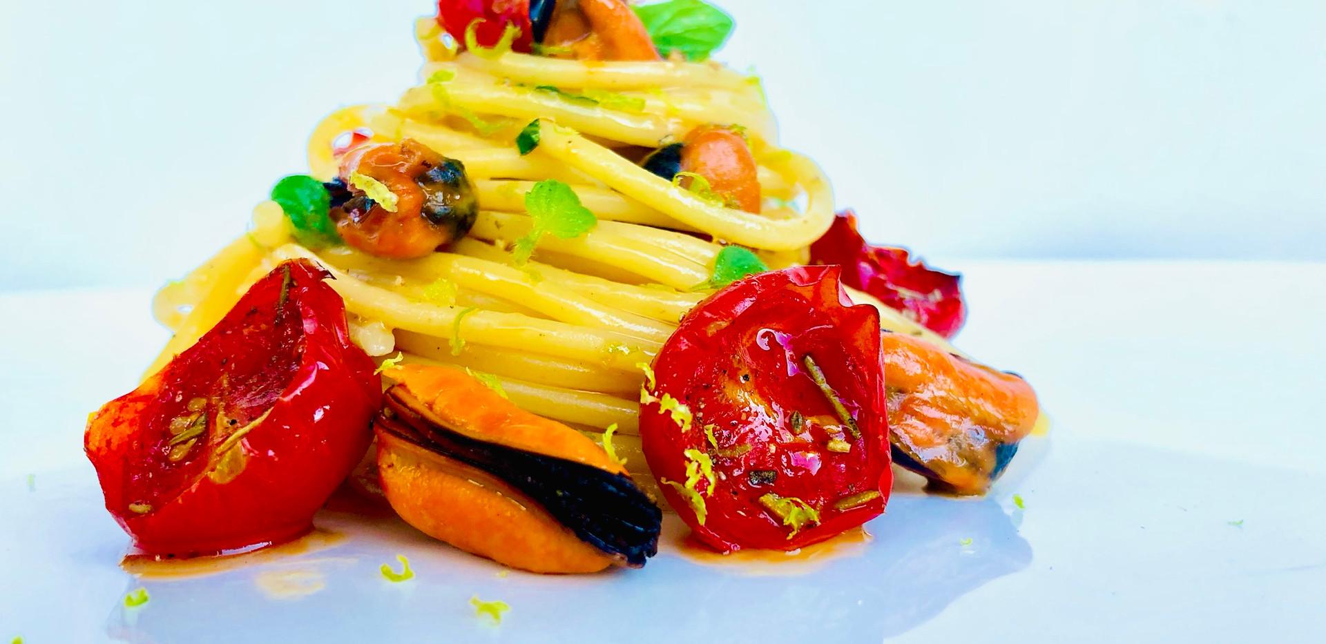 Spaghetti risottati con cozze e limone candito, pomodorini confit, lime e mentuccia