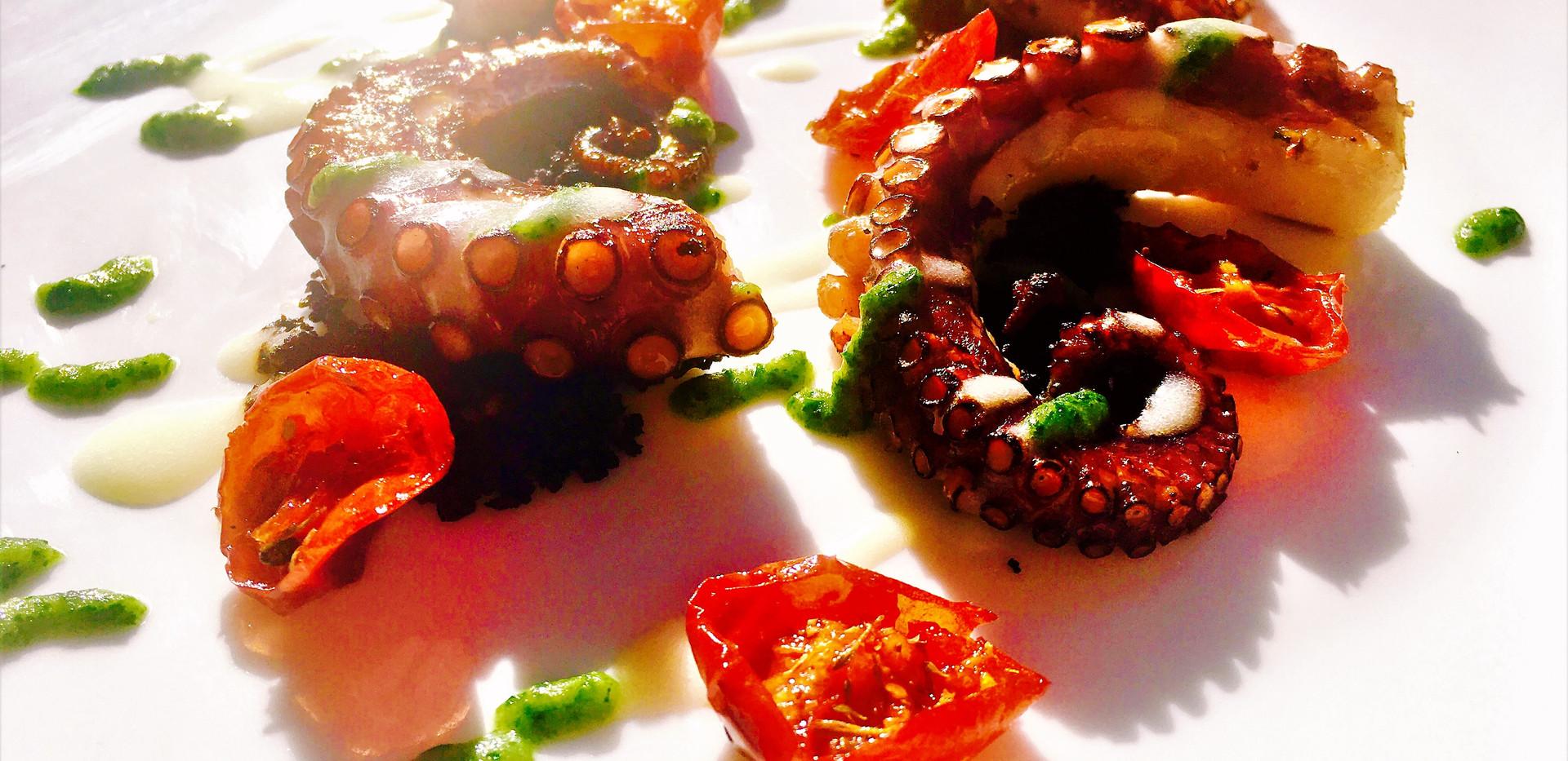 Polpo alla griglia con salsa di patate al latte, pomodori confit, polvere di olive nere e salsa al prezzemolo