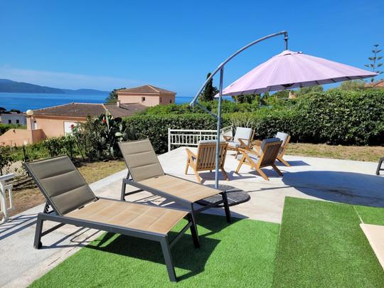 a Extérieur : terrasse piscine vue mer