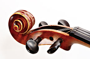 Nous voyons ici la tête d'un violon servant à illustrer les cours de violon donnés par la professeur de violon à Zik and Voice Factory, Audincourt, Montbéliard.