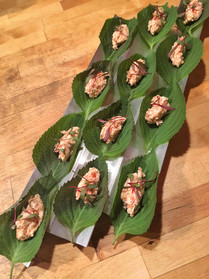 togaroshi salmon on shiso leaf