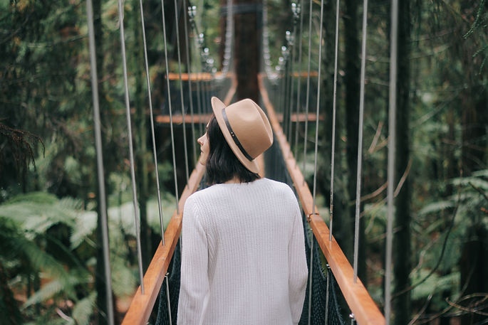 Mujer en puente
