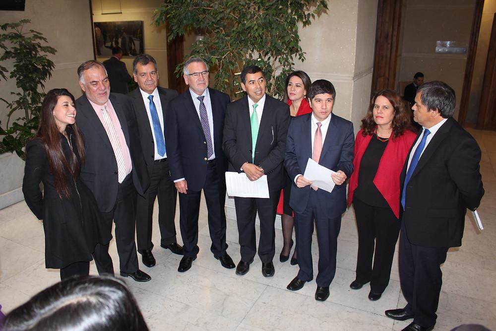 Bancada Socialista pide al gobierno acoger propuesta que termina con el alza de las isapres y propone fondo para especialistas