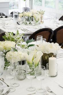 Klassisk bryllup i hvitt og grønt