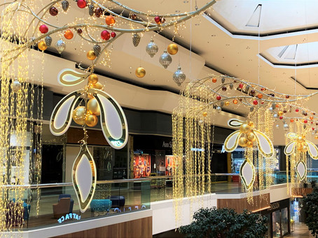 QUEENSGATE SHINES BRIGHT AS CHRISTMAS LIGHTS ARE TURNED ON