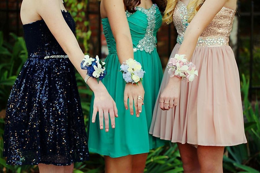 בנות מציגות שמלה לנשף סיום מהסרטים