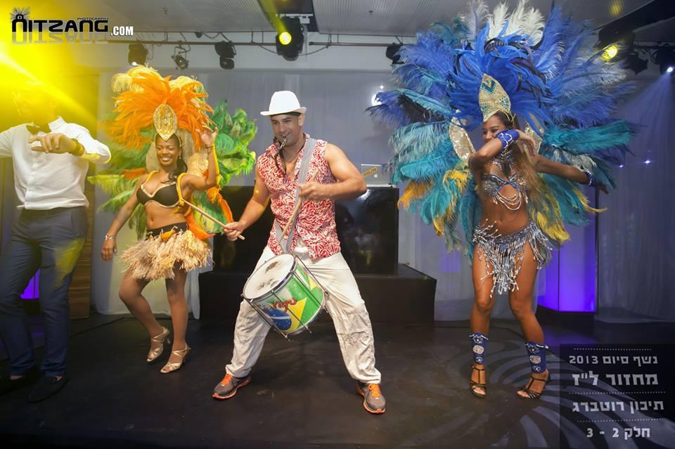 רקדניות ברזילאיות בנשף סיום על הבמה