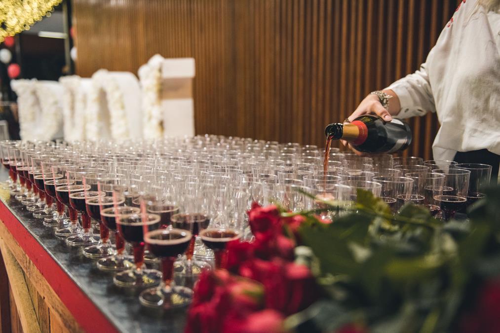 שמפניה ו-ורד בכניסה חובה