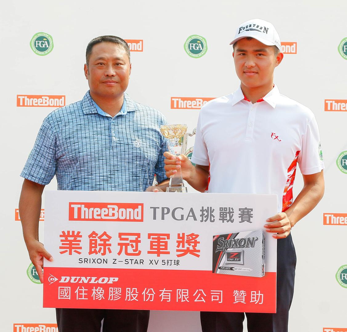 TPGA副理事長陳元車(左)頒發業餘冠軍獎杯及獎項給蘇晉弘(葉勇宏攝影)_J7D