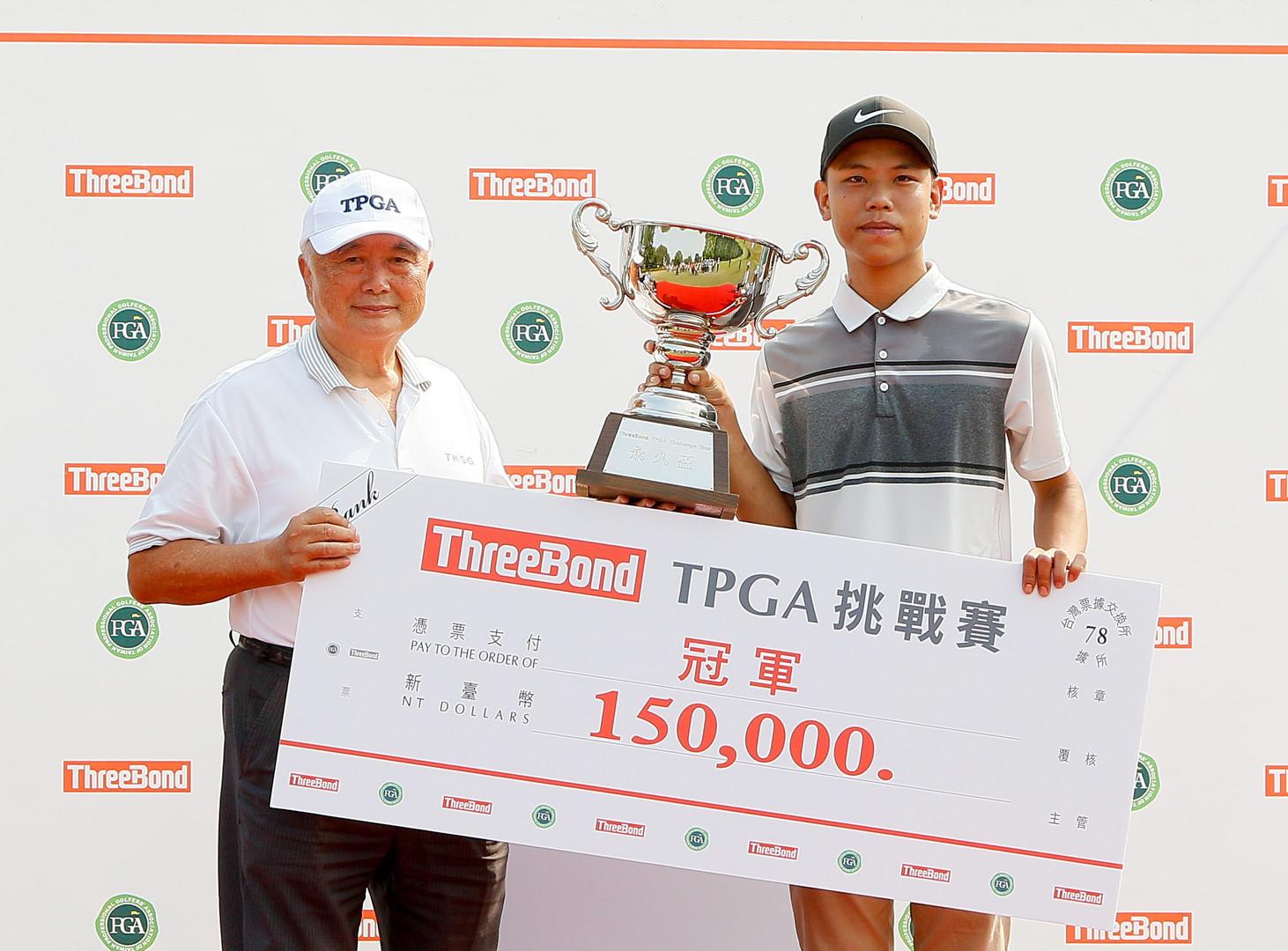 大崗山高爾夫球場董事長卓忠吉(左)頒發職業冠軍獎盃與獎金給許閎軒(葉勇宏攝影)_